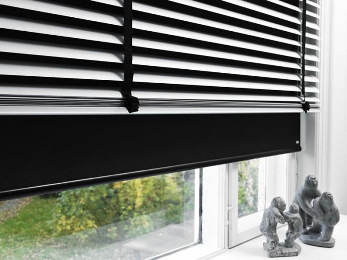 okno z żaluzją